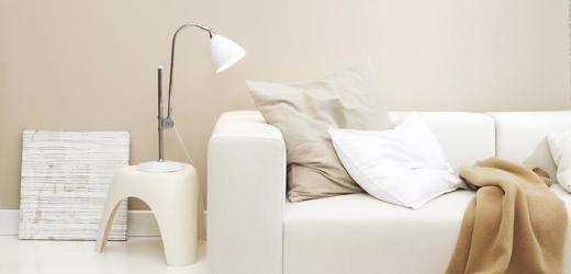 vit soffa beige vägg